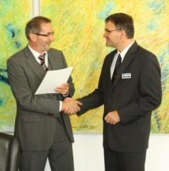 Mnisterpräsident Platzeck überreicht dem UVG-Geschäftsführer eine Demografie-Urkunde (Foto: UVG)