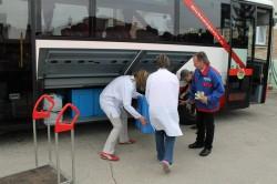 Zwei Mitarbeiterinnen von Q-Regio beladen den KombiBUS (Foto: Interlink GmbH, Fahrplangesellschaft B&B, raumkom)