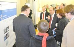 Dr. Christoph Bergner, der Beauftragte der Bundesregierung für die neuen Bundesländer, informiert sich über das KombiBus-Konzept (Foto: raumkom)