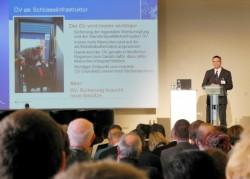 Lars Boehme, Geschäftsführer der UVG, stellt in Berlin das KombiBus-Projekt vor (Foto: raumkom)